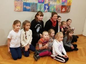 Christel Allik õpilastega näituse avamisel 2019